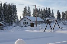 Sous la neige vue de l'aire de jeu